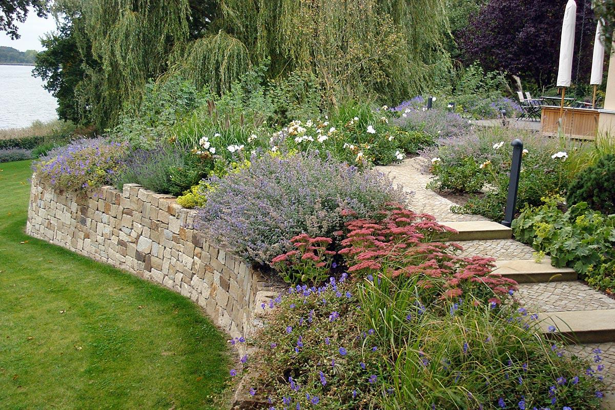 Garten Redeker Mauer Stauden Weg