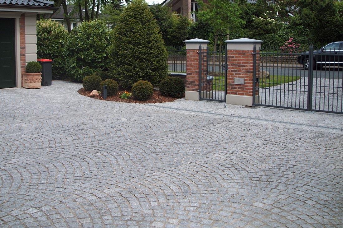 Granitkleinpflaster in Boegen verlegt