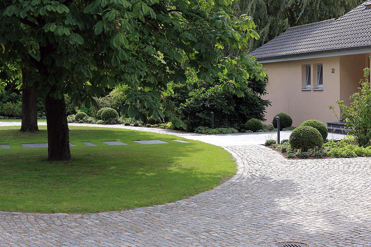 Hofeinfahrt aus Granit Naturstein mit Kastanie