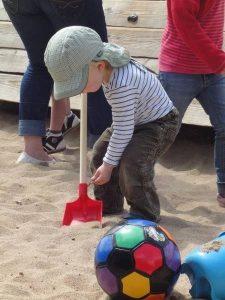Kinder im Garten - Sandkasten
