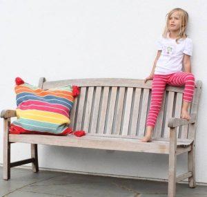 Kinder im Garten - natürliche Materialien sind super spannend