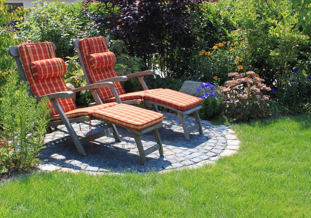 Kleine Terrasse mit Liegestühlen