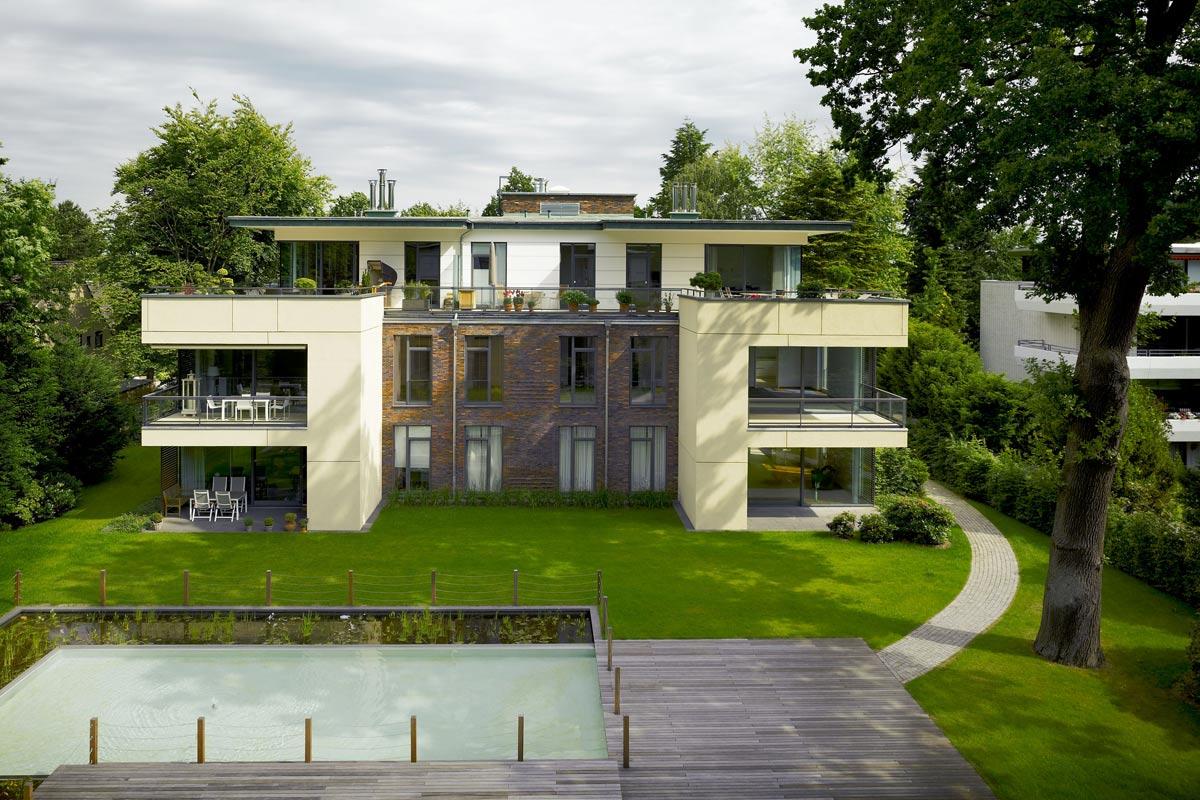 Mehrfamilienhaus mit Wasserbecken und Holzterasse
