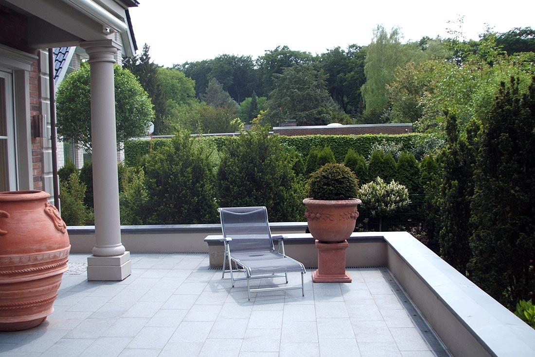 Natursteinplatten auf einer Terrasse
