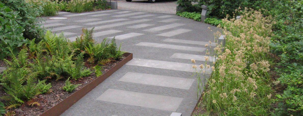 Natursteinplatten mit Kleinpflaster Corteenstahleinfassung