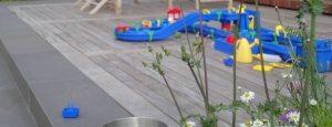 Kinder im Garten - Wasserbahn in Lütjensee