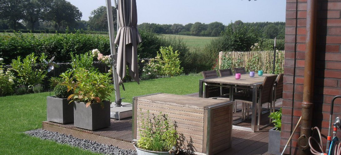 terrasse holz oder naturstein. Black Bedroom Furniture Sets. Home Design Ideas