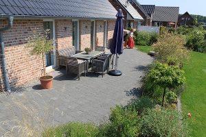 Gartenplanung - Terrasse aus Betonsteinen