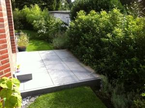 Gartenplanung - Frühstücksterrasse aus Betonsteinen