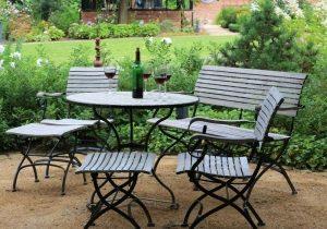 Tisch mit Stühlen und Wein Ahrensburg