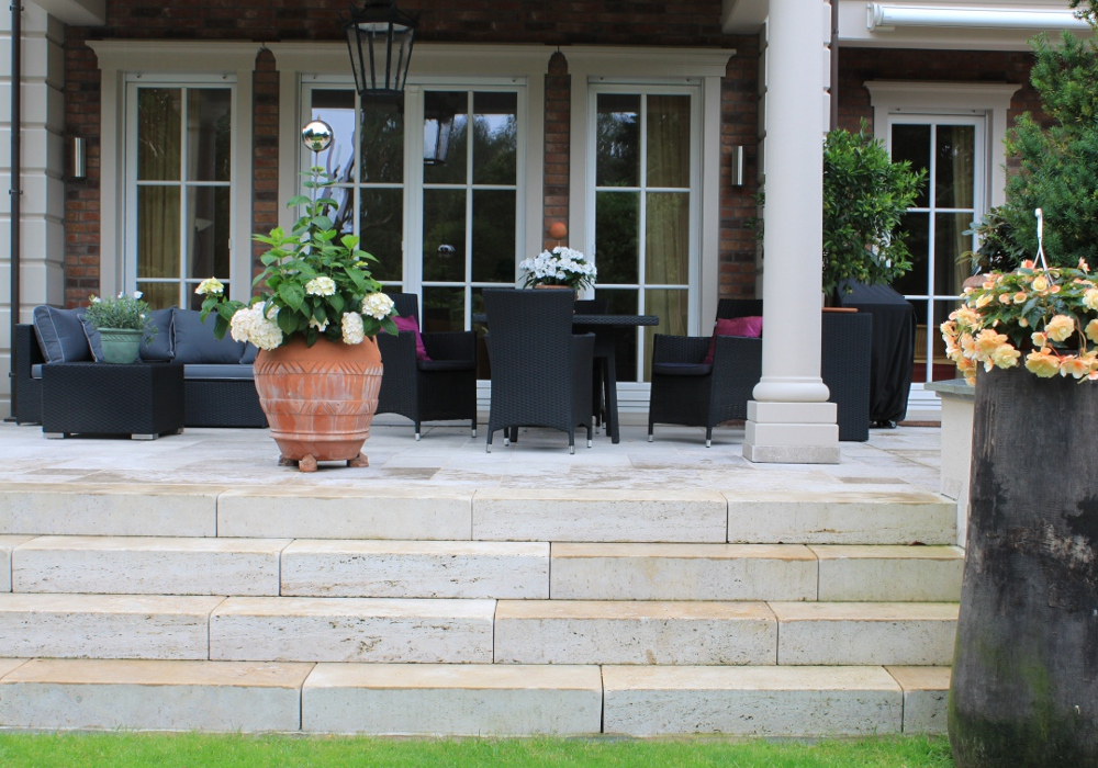Terrasse mit Stufen und Stühlen